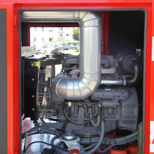 Der Motor, das Herzstück. Der von zwei Seiten befüllbare Tank fasst 150 Liter Diesel. Unter Volllast (40 kVA) verbraucht er laut Herstellerangaben ca. 8 Liter pro Stunde. Im Betrieb ist der geräuschreduzierte GA-Licht so leise, dass man in unmittelbarer Nähe eine Unterhaltung in normaler Lautstärke führen kann.