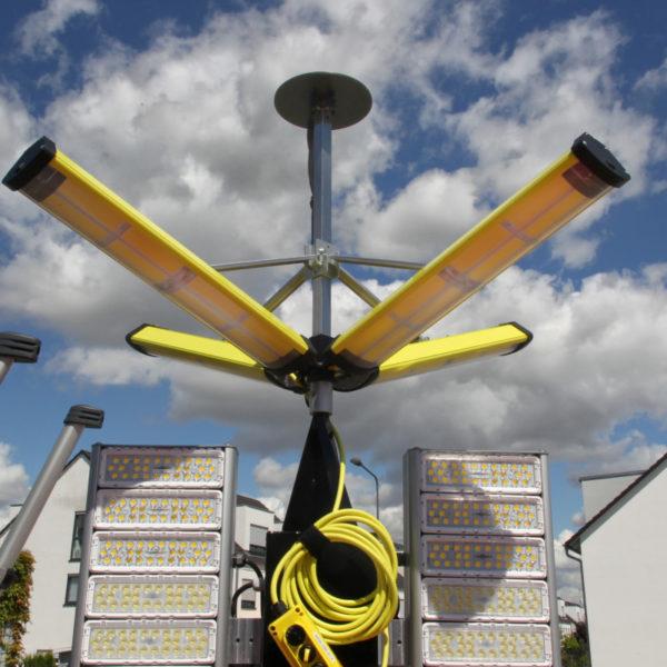 Ausgeklappter Aldebaran 360 Grad-Leuchtkörper. Die Panels können in verschiedenen Stellungen arretiert werden. Je nach Neigung wird ein kleinerer oder größerer Bereich der Umgebung ausgeleuchtet.