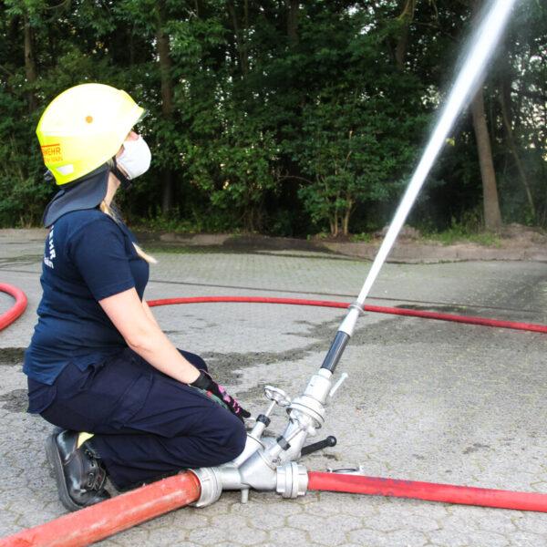 Übung Wasserentnahme aus dem Erlenbach